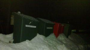 Brevlådor i en snödriva.
