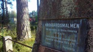 Platsen där de första finländarna gravlades. Kroggårdsmalmen i Karis, en liten gräsplätt med ett lågt staket och en minnessten.