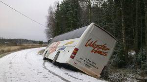Skolbuss körde i diket i Solf.