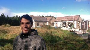 Khalid Wikström och hans husbygge