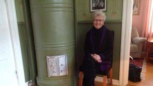 Hos Märta-Lisa Westmans finns fyra kakelugnar som alla sotas regelbundet.