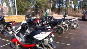 Mopeder på skolgård