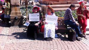 Två damer deltog i demonstrationen.