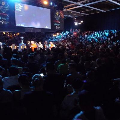 Yleisö seuraamassa DreamHack Winter 2014 -tapahtuman Counter-Strike: Global Offensive -turnausta