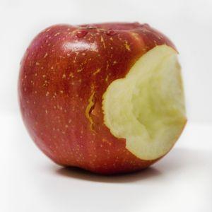 Punainen omena, josta haukattu pala pois.