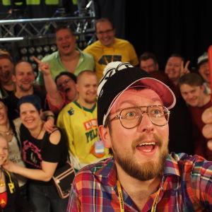DJ Matti Airaksinen ja Kuningas Matti ja ysäristit -dokumentin kuvaajaporukka.