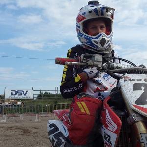 Emil Weckman sitter på sin motorcykel.