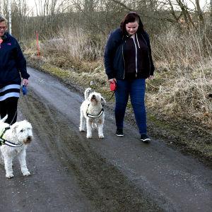 Jenni och Yvonne Renqvist rastar hunden