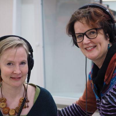 Taide- ja kulttuurikasvattaja Outi Korhonen ja toimittaja Lisa Enckell Yle Radio 1:n Kultakuumeen studiossa.