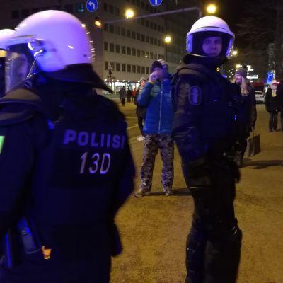 Polisen övervakar 612-fackeltåget.