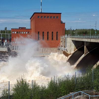 Isohaaran voimalaitoksella tulvaluukut auki ja isot kuohut