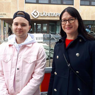 Ruuben ja Anne Nyman Kajaanin Kauppakadulla.