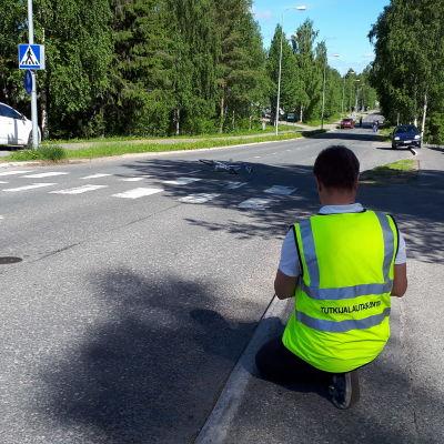 Tutkija tutkii polkupyöräonnettomuutta Rovaniemen Kairatiellä 16.6.2020