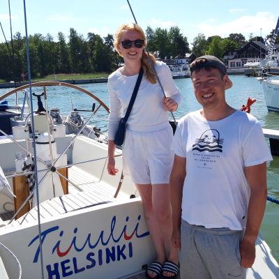 Heidi ja Roope Lindberg Nauvon venesatamassa. Juhannus 2020.