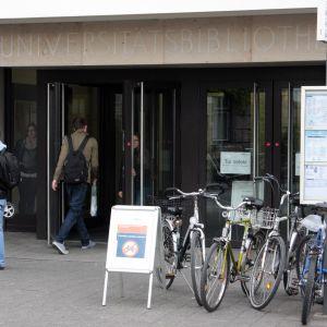 Människor utanför ingången till universitetet Erlangen i Tyskland. Vid universitetet Erlangen studerar för tillfället 4 600 utländska studeranden. De allra flesta av dem kommer från länder utanför EU.