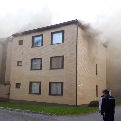 Ett höghus som brinner.