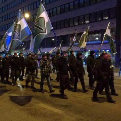 Demonstranter från Nordiska motståndsrörelsen marscherar på Helsingfors gator.