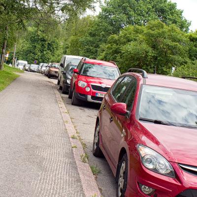 Pysäköityja autoja kadun varressa