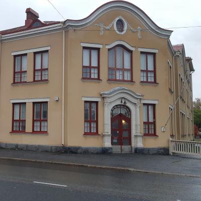 Palosaaren koulu på Brändö är en gul tvåvåningsbyggnad.