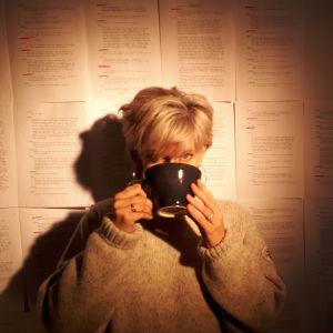 Tove Appelgren dricker ur en stor kopp.