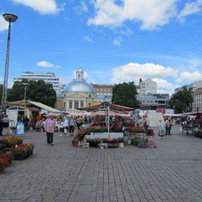Torgförsäljare och kunder på Salutorget i Åbo en vacker sommardag.