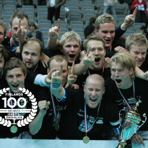 Finland firar VM-guldet 2008, med logo för Finlands 100 största idrottsögonblick.