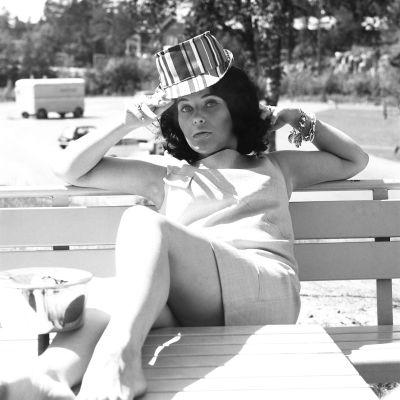 Carola Standertskjöld puistonpenkillä, 1966