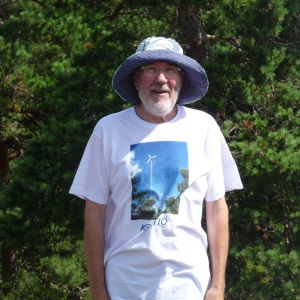 Janne Gröning uppe på sitt berg i Keistiö i Iniö
