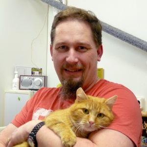 Johan Holmberg med katten Viljo