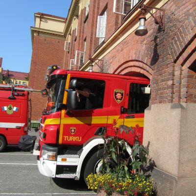 Brandbil kör ut ur brandstationen i Åbo.