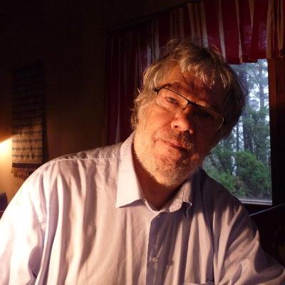 Kjell Österberg i sin stuga i Ekenäs skärgård, november 2014