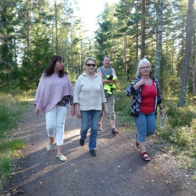 Synnöve Lindholm, Karin Svahnström, Mirja Koponen och hennes man Arto ute på promenad längs en spånbana i karis
