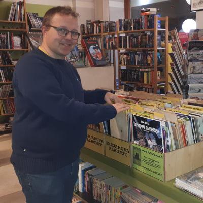 Antikvariaattikauppias Pekka Räsänen selailee sarjakuvia.