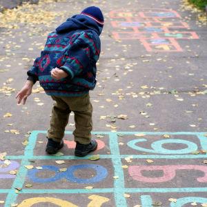 Pojke leker ute