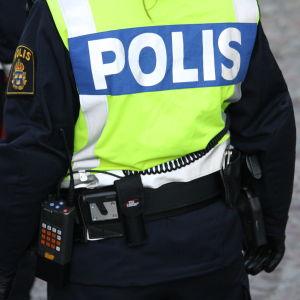 Polis med reflexväst.