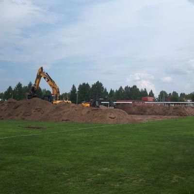 Heinäpään valmistuvan jalkapallohallin rakennustyöt ovat alkaneet.