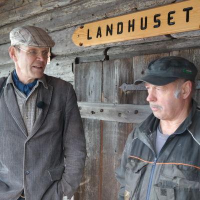 Magnus Gräsbeck och Lennart Brunnsberg vid båtmuseet i Hourskär