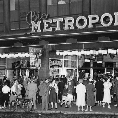Arkivbild av biografen Metropol, år 1955 - hämtad ur dokumentären Känslornas tempel