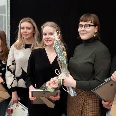 Opinlakeus-messujen puhetaitokilpailun finalistit 2020. Ida Nurmi (toinen oikealta) voittaja.