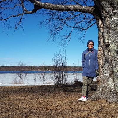 Projektipäällikkö Satu Pekkala seisoo Kemijoen rannalla, taustalla Westside-alue