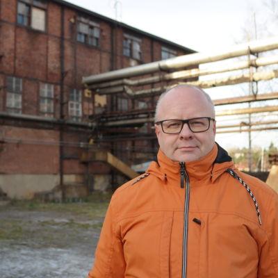 Kenneth Nordell står utanför en gammal fabriksbyggnad i Dalsbruk