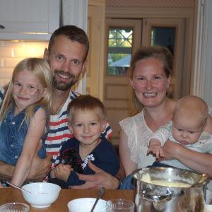 Seidi, Anders, Erik, Liisa och Isak Jungar hemma vid köksbordet