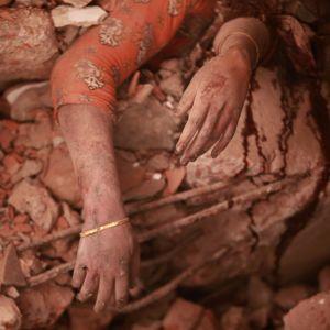 Loukkantunut naine tehtaan raunioissa.
