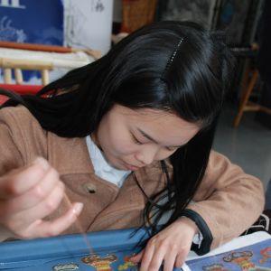 En av Jiangs mest talangfulla elever kan redan producera broderingar av hög klass. Jiang hoppas att eleven ska fortsätta att brodera också efter att hon har tagit examen.