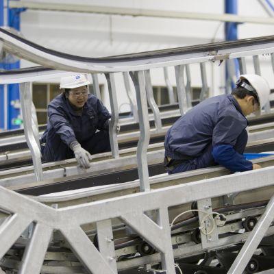 Tillverkning av rulltrappor vid Kones fabrik i Kina
