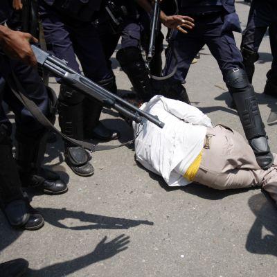 Polisen våldför sig på en annhängare av Hefajat-e-Islam