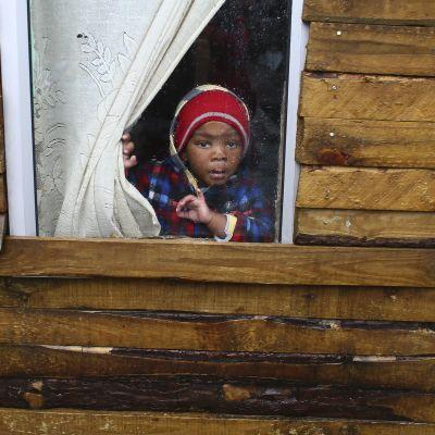 Barn tvingas stanna hemma då skolorna är stängda.