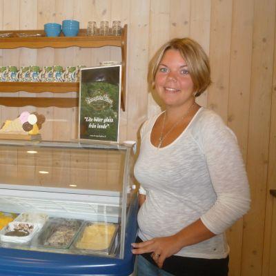 Sofia Stolpe i Tenala driver en glassfabrik