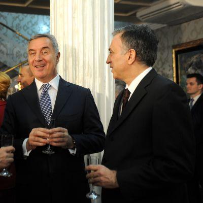 Djukanovic lasi kädessä ja kaksi muuta poliitikkoa.