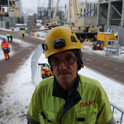 Kainuulainen rakentaja Martti Kinnunen Metsä Fibren biotuotetehtaan rakennustyömaalla Äänekoskella.